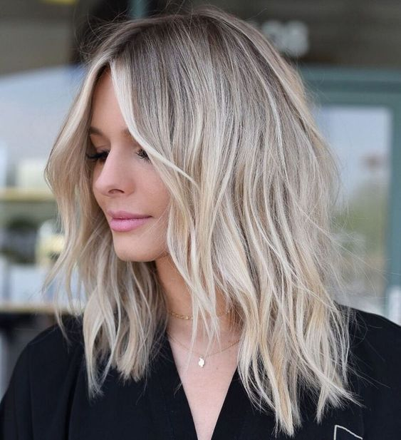 Fryzura z blond włosami do ramion